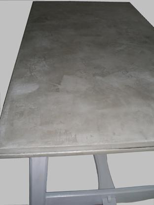 Piètement table coloris Poivre, plateau effet béton coloris Taupe